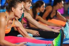 Женщины протягивая ноги в спортклубе Стоковая Фотография