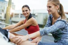 2 женщины протягивая ноги Стоковое фото RF