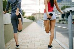 2 женщины протягивая ноги Стоковая Фотография