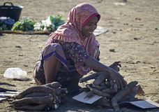 женщины продавая кассаву Стоковая Фотография RF