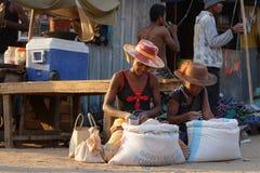 2 женщины продавая рис в улице Стоковая Фотография RF