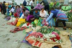Женщины продавая цветок в Caraz, Перу Стоковое Изображение