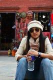 Женщины путешественника тайские сидя на сувенирном магазине в виске Swayambhunath Стоковые Изображения