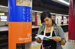 Женщины путешественника тайские смотря карту Стоковые Изображения RF