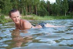 Женщины плавая лето озера Стоковые Изображения