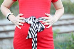 женщины платья супоросые красные Стоковые Фотографии RF