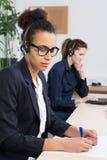 2 женщины работают в офисе Стоковая Фотография RF