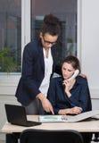 2 женщины работают в офисе Стоковые Изображения RF