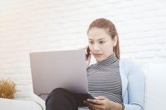 Женщины работают и имеют стресс стоковая фотография rf