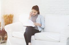 Женщины работают и имеют стресс стоковая фотография