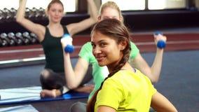 Женщины работая в классе pilates видеоматериал