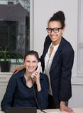 Женщины работая в офисе Стоковые Изображения