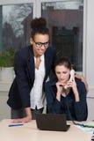 Женщины работая в офисе Стоковое Фото