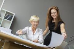 Женщины работая в офисе Стоковое Изображение
