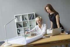 Женщины работая в офисе Стоковое фото RF