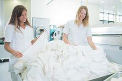 2 женщины работая в прачечной Стоковые Фото