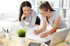 Женщины работая на дизайне в офисе Стоковая Фотография