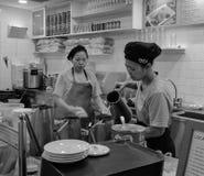 Женщины работая на кофейне в Чайна-тауне, Сингапуре Стоковая Фотография RF