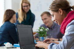 Женщины работая на офисе Стоковое фото RF