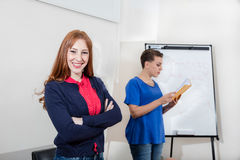 2 женщины работая на офисе Стоковые Изображения
