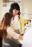 2 женщины работая на столах в многодельном творческом офисе Стоковое Изображение RF