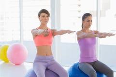 Женщины работая на студии фитнеса Стоковое Изображение