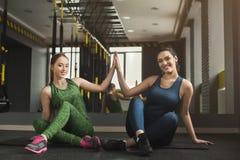 2 женщины работая на фитнес-клубе Стоковое фото RF