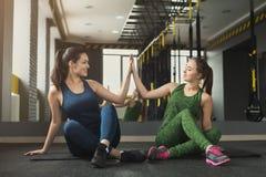 2 женщины работая на фитнес-клубе Стоковые Фотографии RF