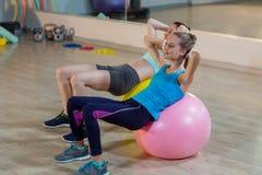 2 женщины работая на шарике тренировки Стоковые Фото