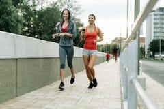 2 женщины работая путем jogging Стоковые Фотографии RF