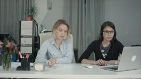 2 женщины работая совместно в офисе Стоковые Изображения