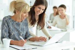 Женщины работая совместно в офисе Стоковая Фотография