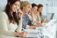 Женщины работая совместно в офисе Стоковое Изображение