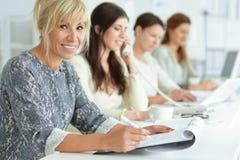 Женщины работая совместно в офисе Стоковое Фото