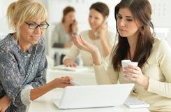 Женщины работая совместно в офисе Стоковые Изображения RF