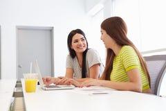 2 женщины работая совместно в студии дизайна Стоковые Фотографии RF