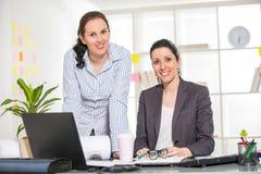 2 женщины работая совместно в студии дизайна Стоковое фото RF