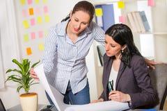 2 женщины работая совместно в студии дизайна Стоковые Фото