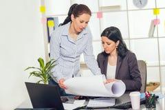 2 женщины работая совместно в студии дизайна Стоковые Изображения