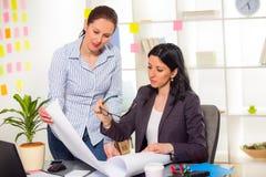 2 женщины работая совместно в студии дизайна Стоковое Фото
