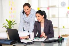 2 женщины работая совместно в студии дизайна Стоковая Фотография