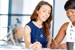 Женщины работая совместно, интерьер офиса Стоковые Фото