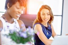 Женщины работая совместно, интерьер офиса Стоковые Фотографии RF