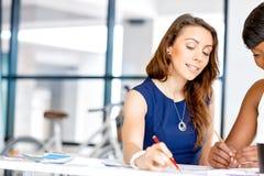 Женщины работая совместно, интерьер офиса Стоковое Изображение RF