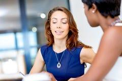 Женщины работая совместно, интерьер офиса Стоковое Изображение