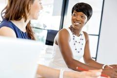 Женщины работая совместно, интерьер офиса Стоковые Изображения