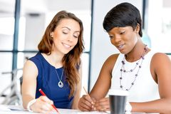Женщины работая совместно, интерьер офиса Стоковое Фото