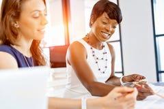 Женщины работая совместно, интерьер офиса Стоковые Изображения RF