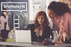 Женщины работая совместно используя компьютер Стоковая Фотография