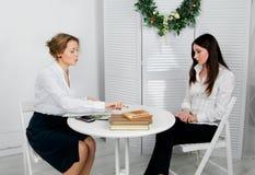 2 женщины работая совместно на белом офисе Стоковая Фотография RF